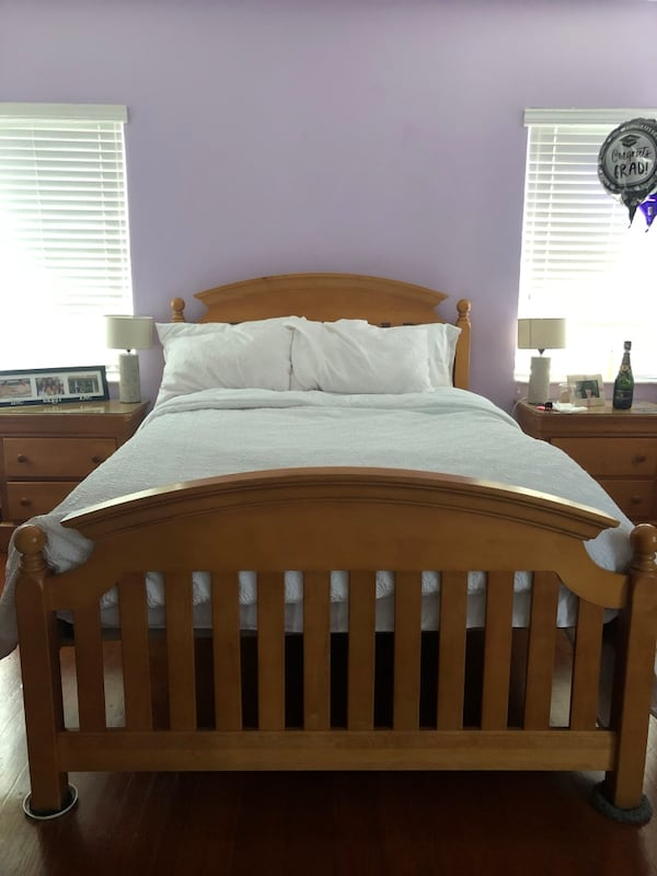 FULL SIZE SOLID WOOD BED 165bcbbf-ddf6-47cb-92d7-3ad131bd9a2a