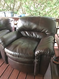 Brown leather chair for a quick sale. Perfect besides right arm being used as a scratching post. Perfect for dorm, 1st aprt or man cave. Clarks Summit, 18411
