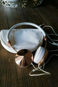 Friends Layla rose gold headphones hardly used Burnaby, V5E