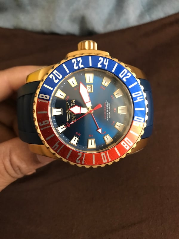 round blue and red Invicta analog watch with box dc8b97c6-9cd6-4507-90f8-f09219c21e74
