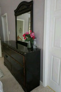 Brown wood. Dresser with mirror  Woodbridge, 22192