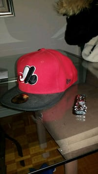 red and black fitted cap Montréal, H3X 1V4