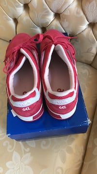 pair of white and pink asic gel low top sneakers with box Waldorf, 20603