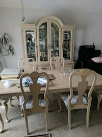 Good condition antiqued 6 chair dining room set w Rialto