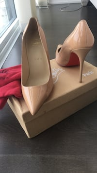 Nude patent leather pointed heels on box Toronto, M8Y 3H8