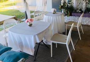 4 outdoor plastic chairs & 2 tables