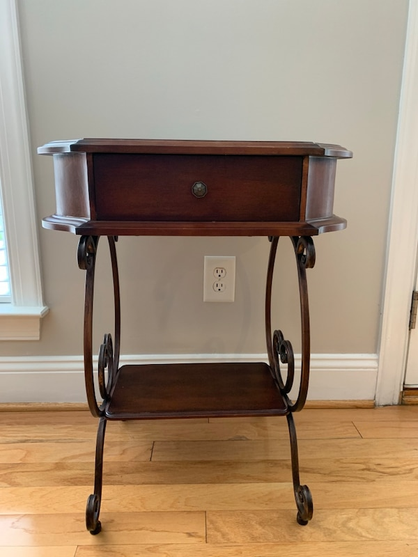 Small side table 6cbfab10-00c0-4481-934c-a47d6ef49289