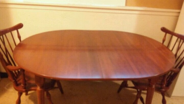 brown wooden table w/2 extra leafs with padding