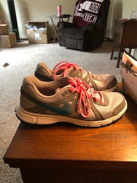 Woman's size 11 Nike revolution 2  Sioux Falls, 57106