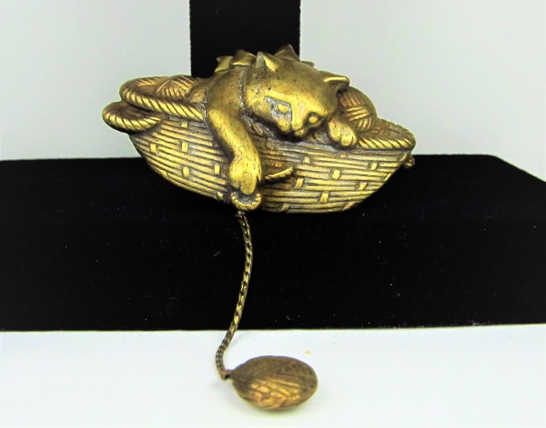 VINTAGE JJ JONETTE CAT PLAYING WITH A BALL OF YARN BROOCH PIN a5b23760-156f-4253-b1b4-afa5dbe4665d