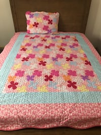 White and red floral bed sheet .. size twins bed Montréal, H1H 4G4