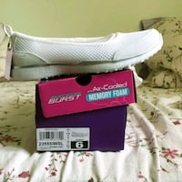 pair of white Adidas low-top sneakers with box Calgary, T3H