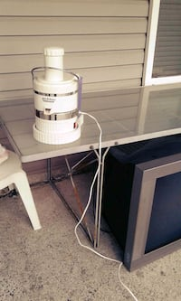 white and silver juice extractor