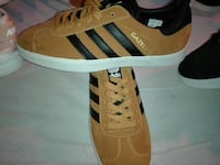 par de zapatillas de deporte marrones y negras Adidas Gazelle low-top Sevilla, 41006