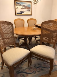 Very Solid Table Excellent condition. 6 cainback chairs Toronto, M3C 4G3