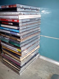 lot de caisses de CD assorties