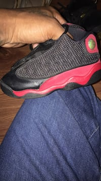 Unpaired red and black air jordan 13 shoe 21 km