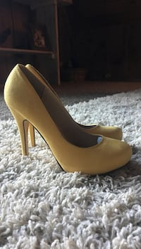 Women's pair of yellow platform stilettos Ellensburg, 98926