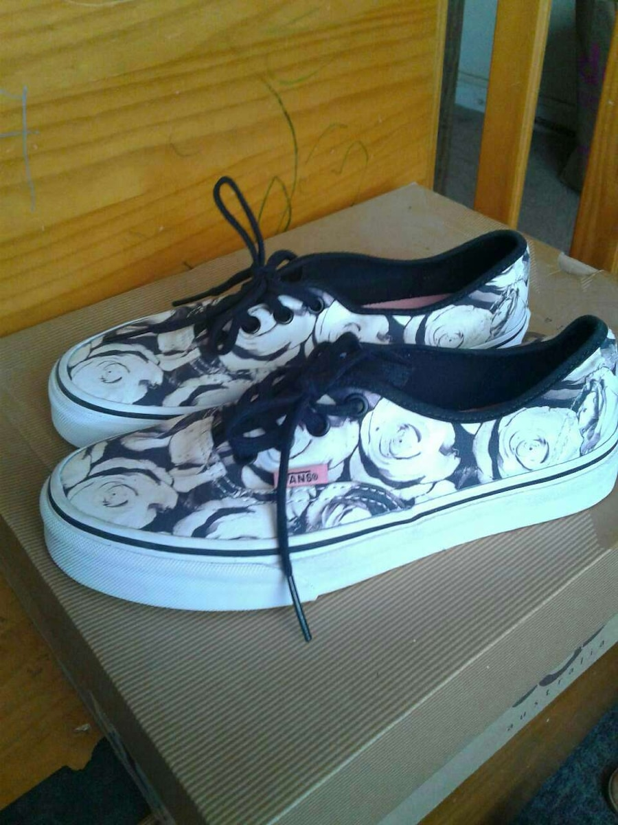 white-and-black Vans floral low tops sneakers