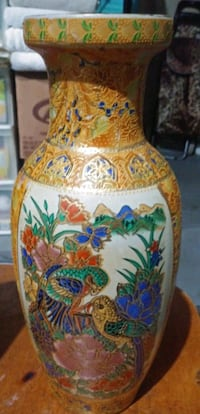 Chinese vase 10 inches tall Calgary, T2Y 4V1