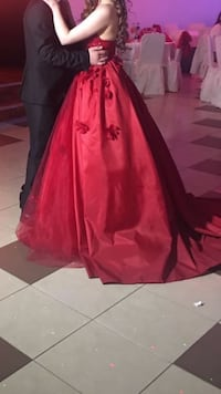 Rotes offenes Ballkleid