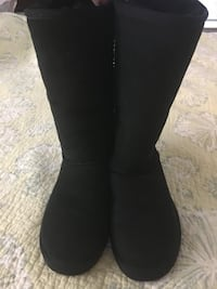 UGG boots - NEW - size 5