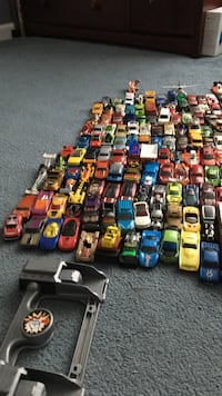 Lot of used Hot Wheels, MatchBox and other toy cars with car launch