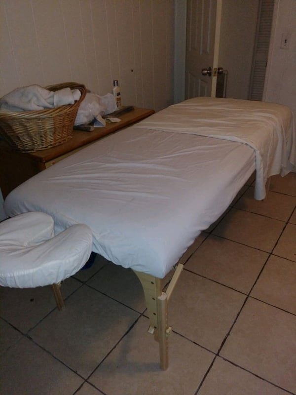 Massage Table. 6d53b4bf-42c5-4274-b6d9-75e9e08cf7fc