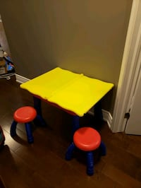 Crayola table with two stools