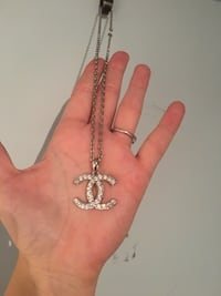Silver-colored chain necklace with channel pendnat