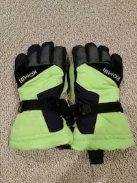 pair of black-and-green Kombi gloves Warman, S0K 0A1