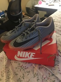 They are sz 9 men's cleats. Very hard to find bought them awhile back. Las Vegas, 89121