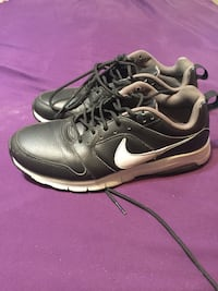 pair of black Nike low top sneakers Bakersfield, 93304