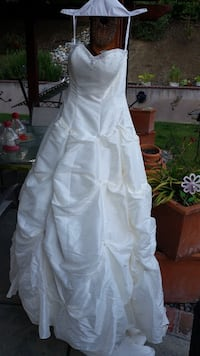 Never worn, never altered wedding gown. I was a size 2-3 when it was purchased years ago. Walnut Creek, 94595