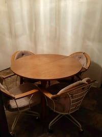 Kitchen table with 4 rolling chairs has 2 leaf