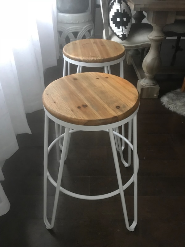 Round white and brown wooden stools 7104a6ec-54b1-47ae-a85f-82ef04cd3a81