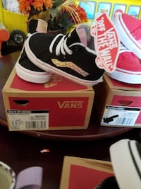 pair of black-and-white Nike sneakers Victorville, 92395