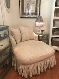 DESIGNER HIGH END SHABBY CHIC FRENCH STYLE SLIPCOVERED CHAISE CHAIR. LARGE DOWN FEATHER CHAISE LOUNGE Missouri City, 77459