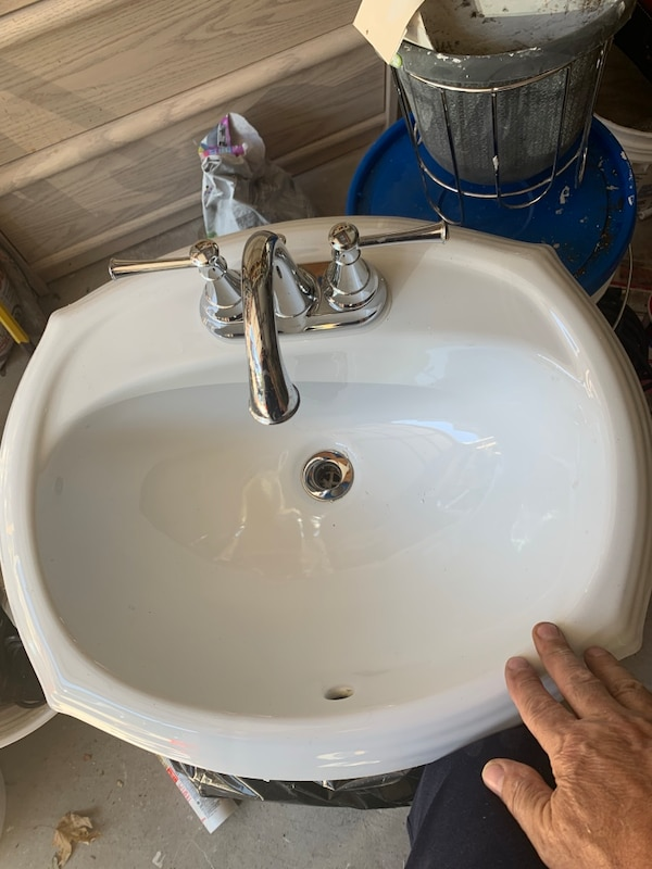 24 inch Bathroom sink.  Fossett included. 54ef641e-c9c5-4271-8a2c-53be4a0252b9
