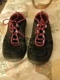 pair of black-and-red running shoes Kingman, 86409