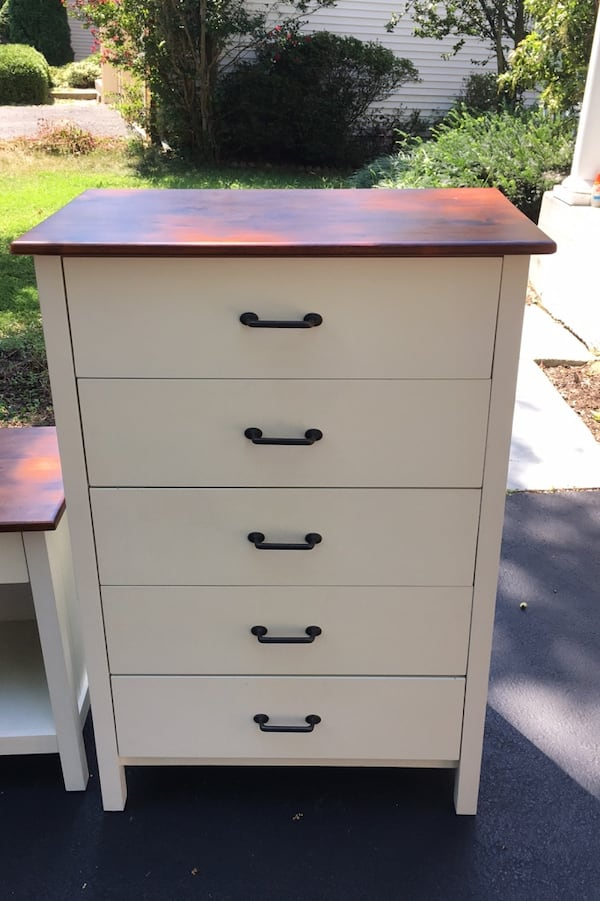 White night stand and dresser in excellent condition! f94eedc3-f041-4afc-8ac0-9530c883f525