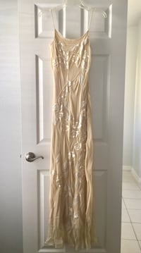 Gown. Full length size 6. Never worn   748 mi