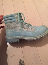 Blue boots very good condition, worn only a couple times Richmond Hill, L4B 3J5