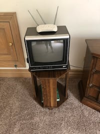 Small TV with stand Lemont, 60439