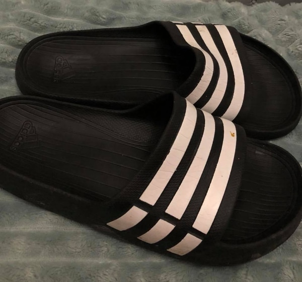Adidas slippers i str 40, selges!