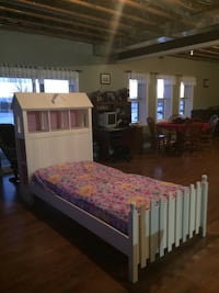 White wooden single bed frame doesn't  come with a mattress South Frontenac, K0H