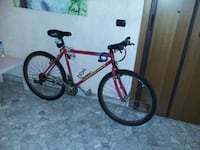 Bicicletta mountain bike rossa e nera hardtail