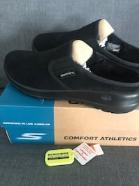 New Skechers slides they say size eight but they are closer to a nine Uxbridge, L9P 1X9