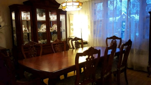 Used Dining Room Set Excellent Condition For Sale In Montreal