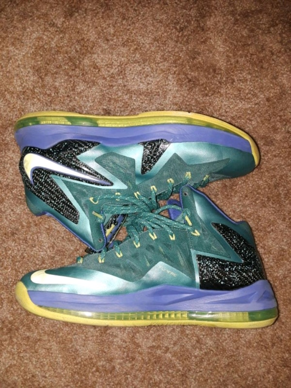 7339bfbf5d3 Begagnad pair of green-and-purple Nike basketball shoes till salu i ...